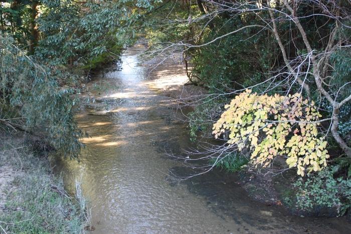 穴石神社前の川