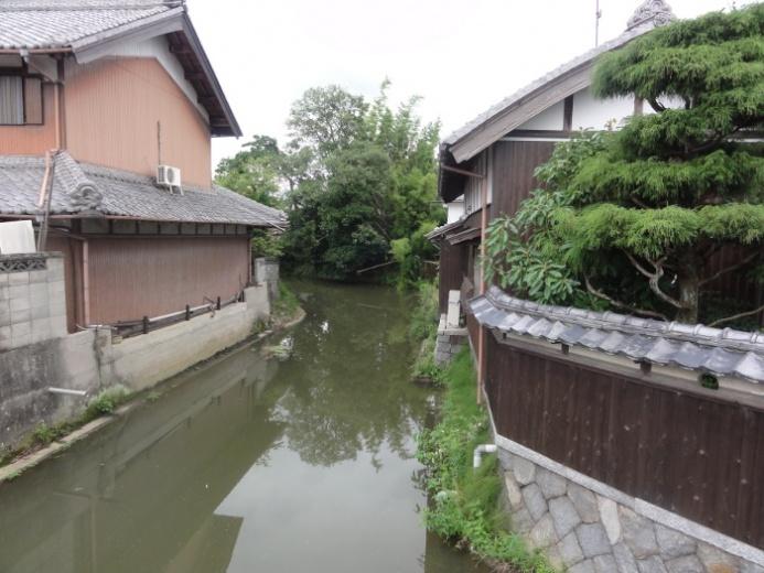 川沿いの家並み(東出)