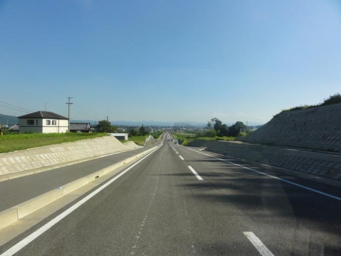 市街へ続くまっすぐな道(三田坂バイパス)