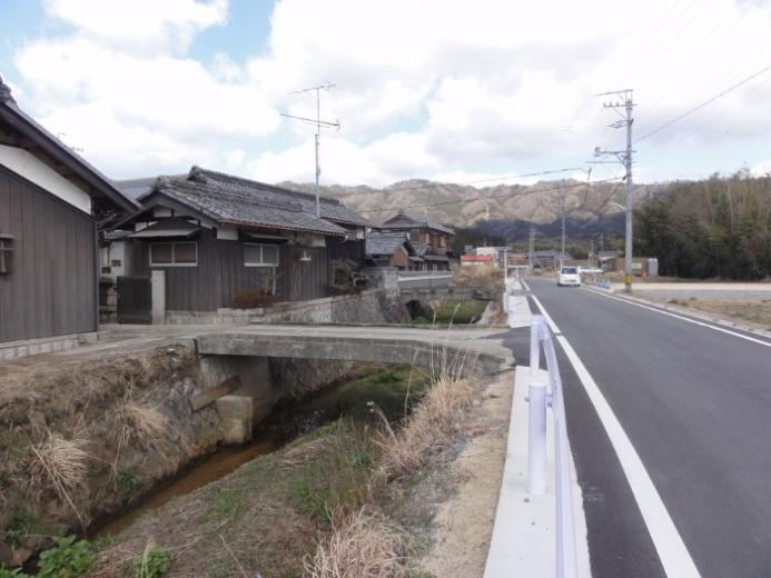川沿いの家並み(西出)
