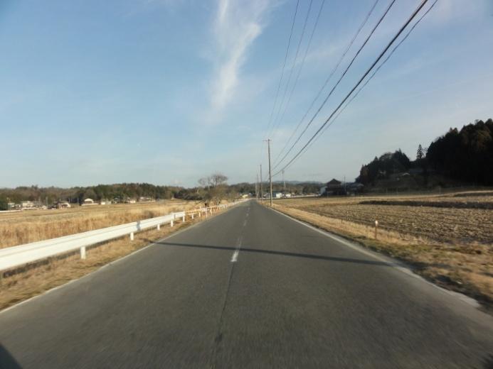 田園風景の川沿いの道(槇山)